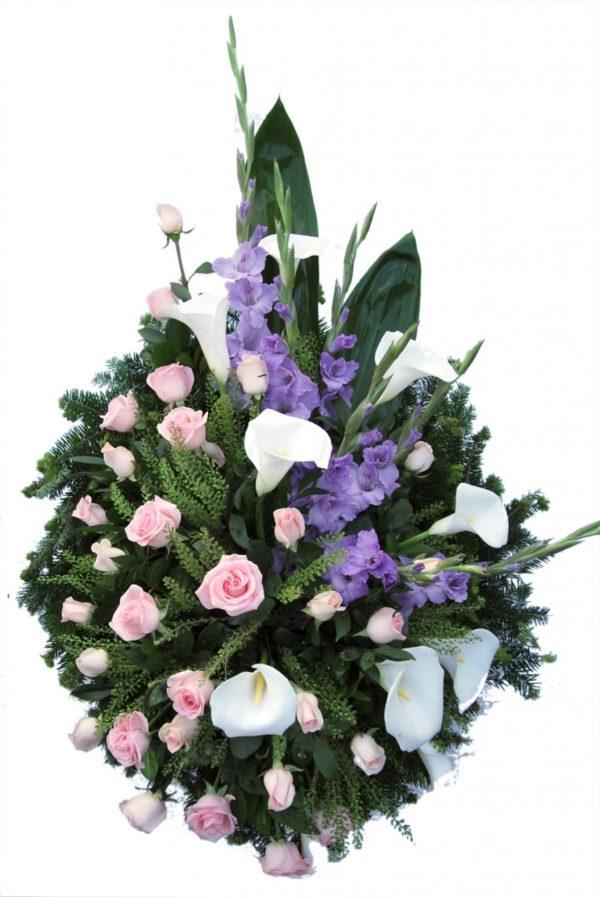 S venac roze ruže, kale i ljubičaste gladiole